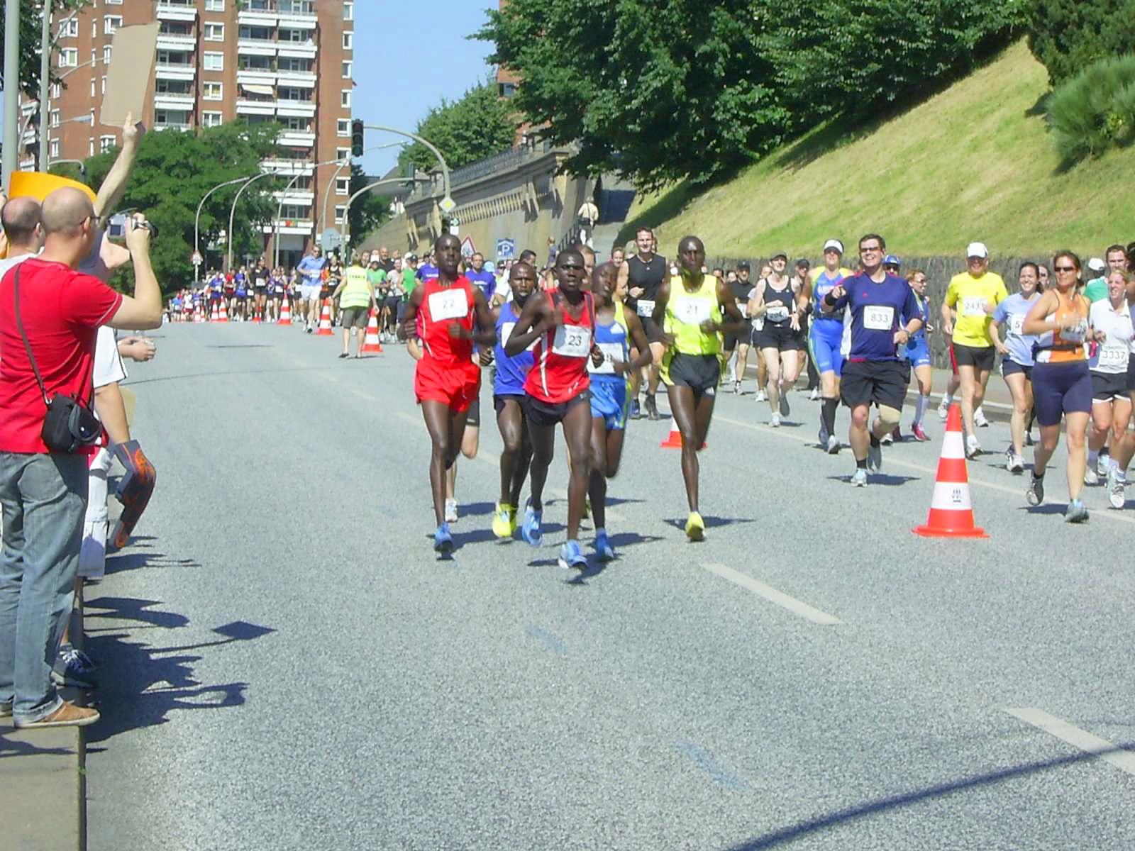 16. hella Halbmarathon 2010: Da staunen die Läufer auf der 1. Runde (rechts), als sie überrundet werden...