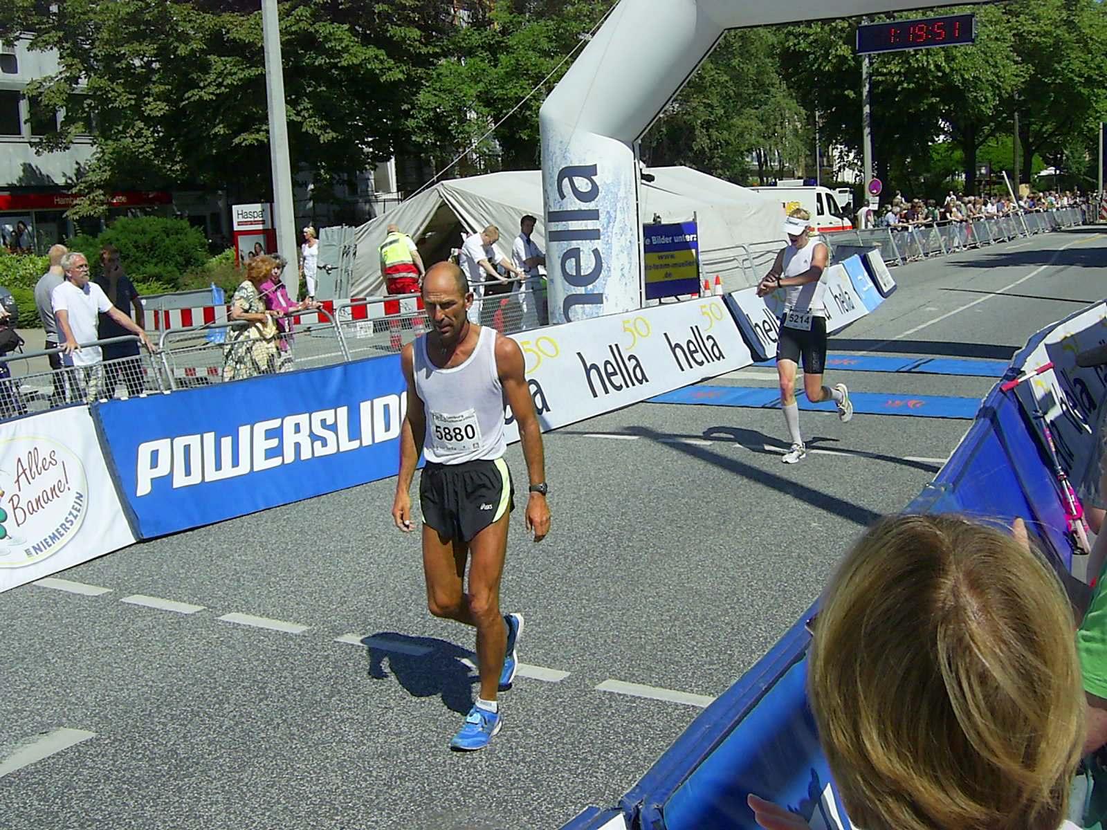 16. hella Halbmarathon 2010: Zieleinlauf Ralf Härle, 21., Hauke Claas Heller, 22.