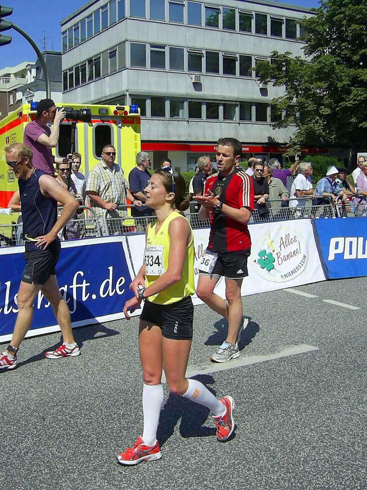 16. hella Halbmarathon 2010: Im Ziel - Birger ZÜHLKE, 61., Daniela JAKOBLER, 7. Frau, schnellste Hamburgerin und Siegerin Hamburger Hochschulmeisterschaft, Christian DECKER, 62.