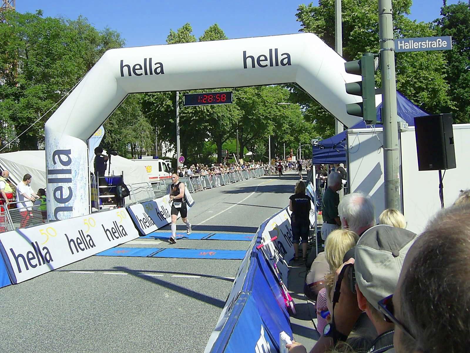 16. hella Halbmarathon 2010: Zieleinlauf Bernd CONRAD, 98.
