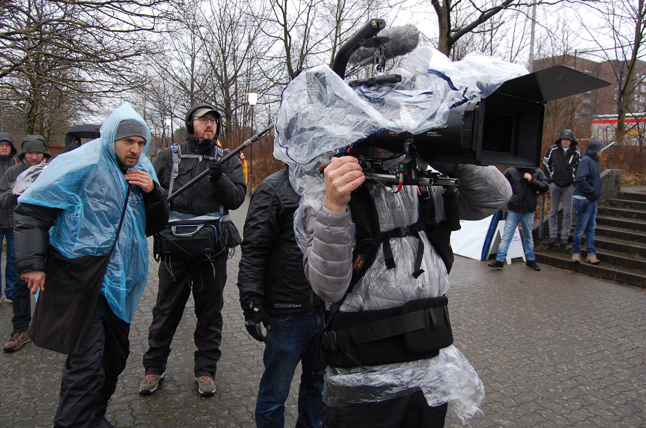 Abschlusslauf der 27. Bramfelder Winterlaufserie: Kamerateam, regendicht verschweißt