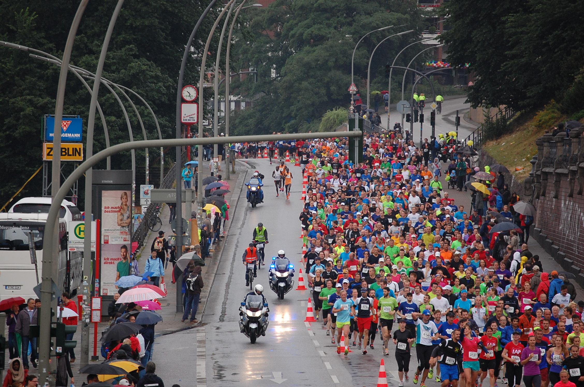 20. hella Halbmarathon: Landungsbrücken - das Topfeld (bis ca. 1:15) überrundet das Hauptfeld