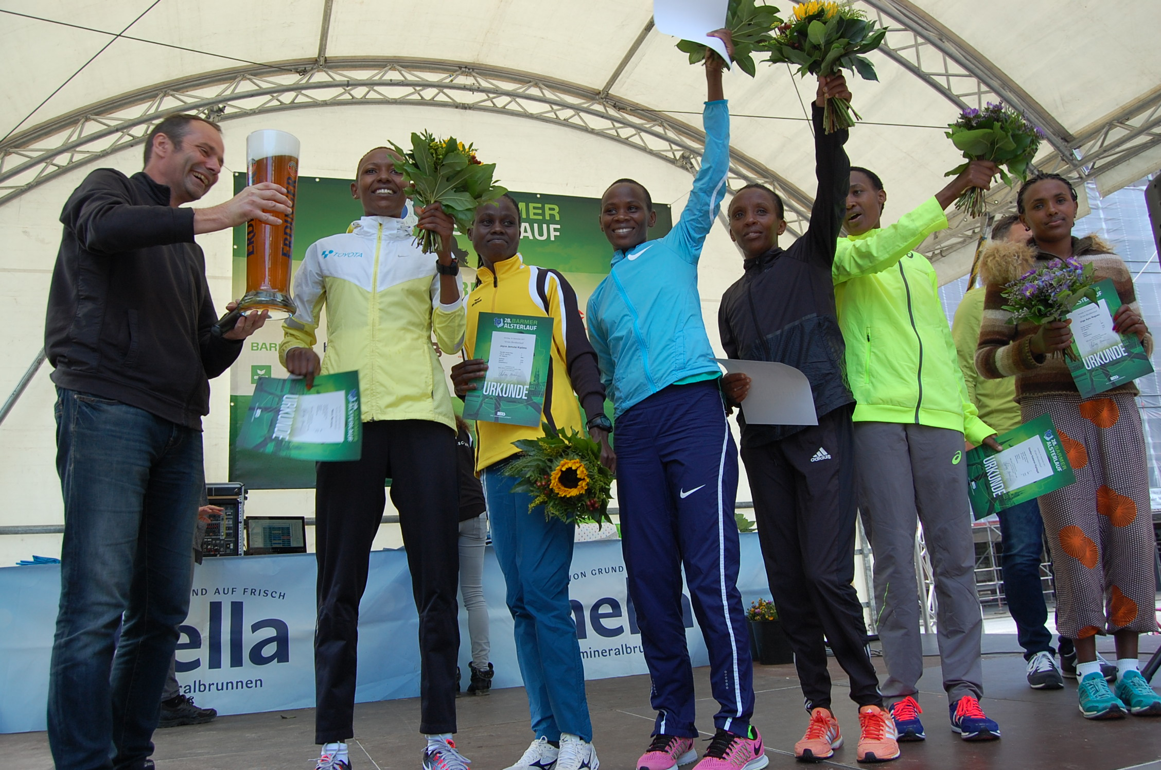 28. Barmer Alsterlauf: Siegerehrung Frauen Gesamtwertung