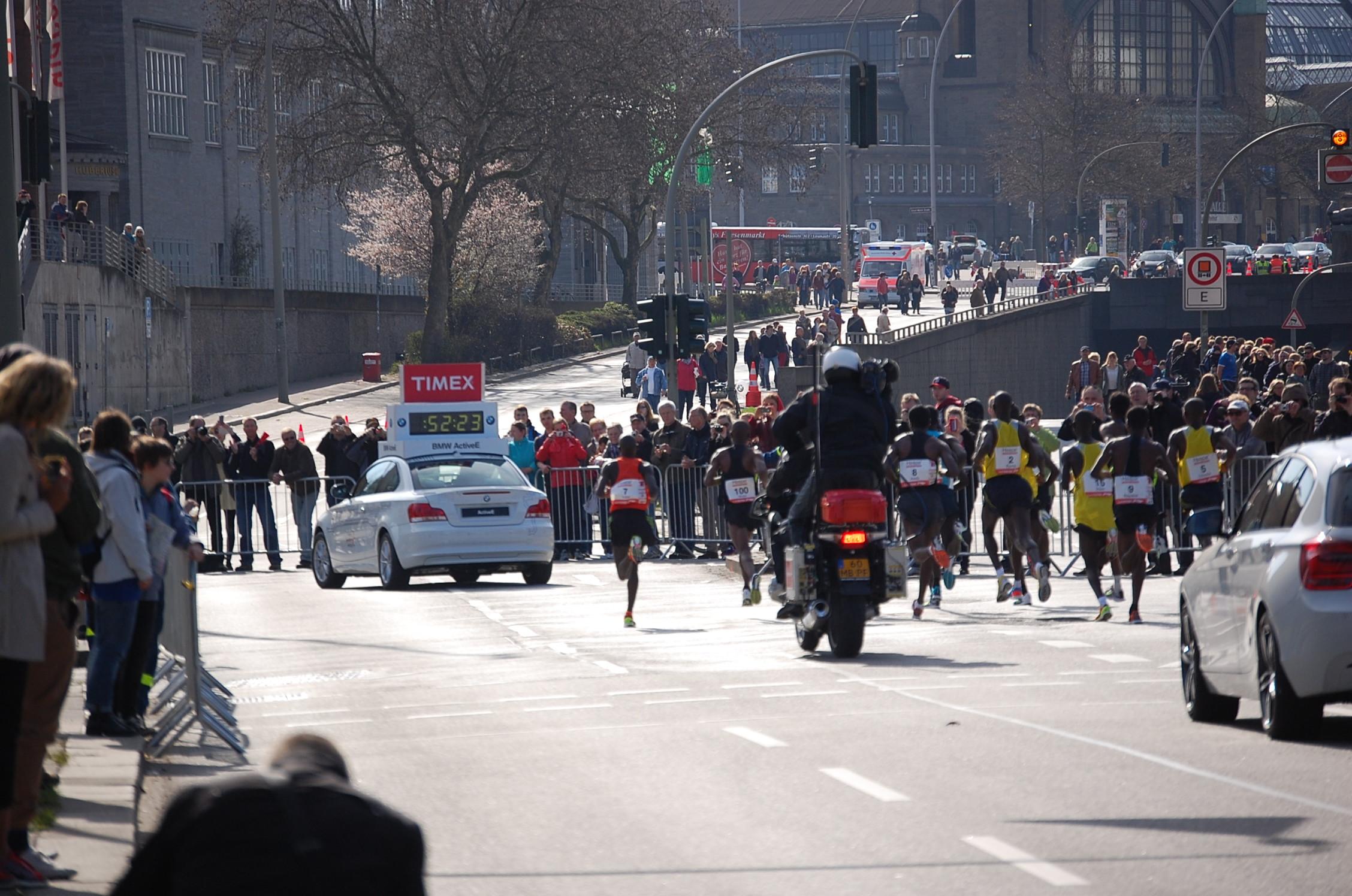 28. haspa Marathon Hamburg: Spitzengruppe hinter der Lombardsbrücke, km 17,2