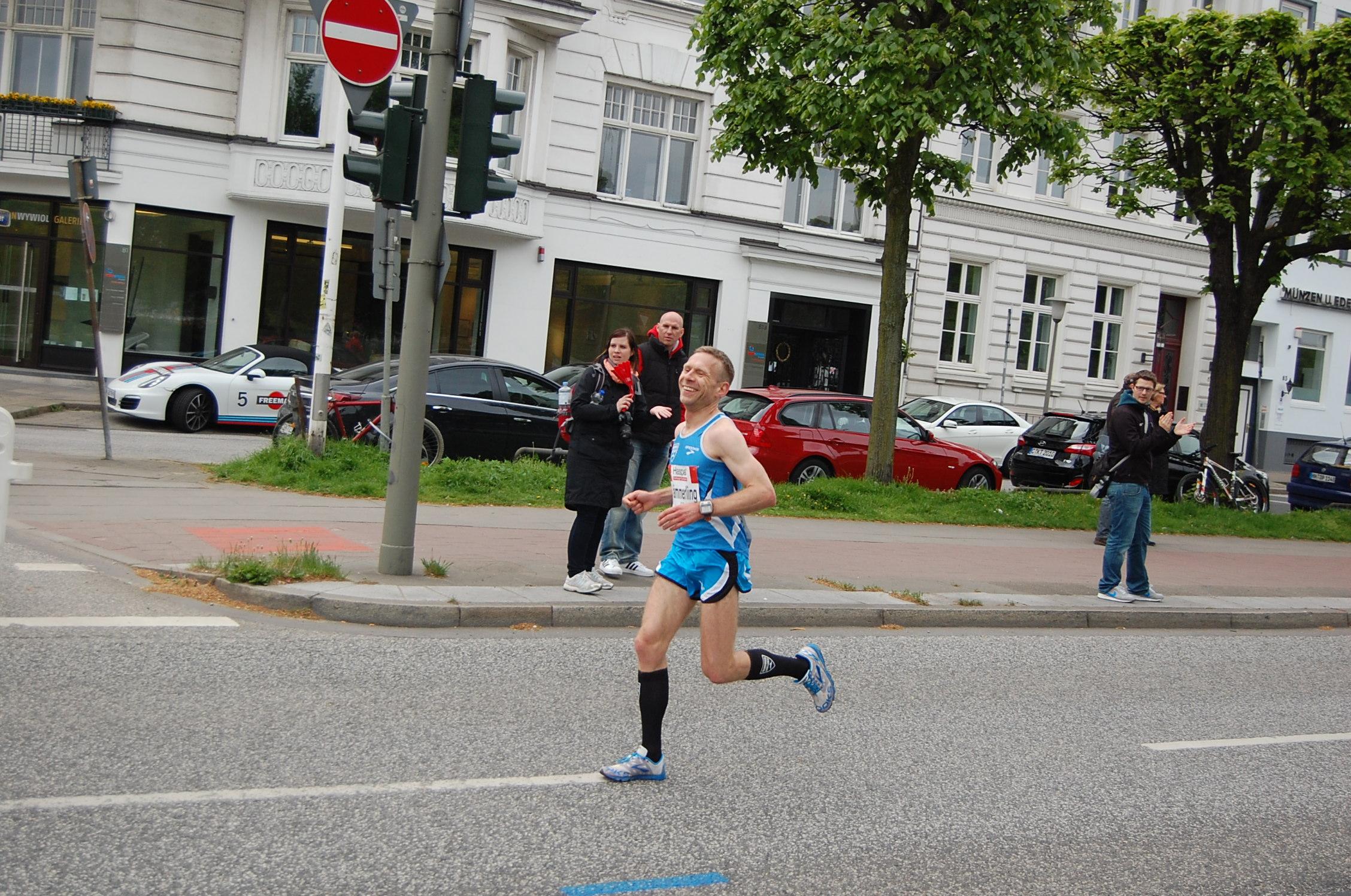29. Haspa Marathon Hamburg: km 17,9 - als hier noch dritter Hamburger mit ca. 30s Rückstand auf die ersten beiden
