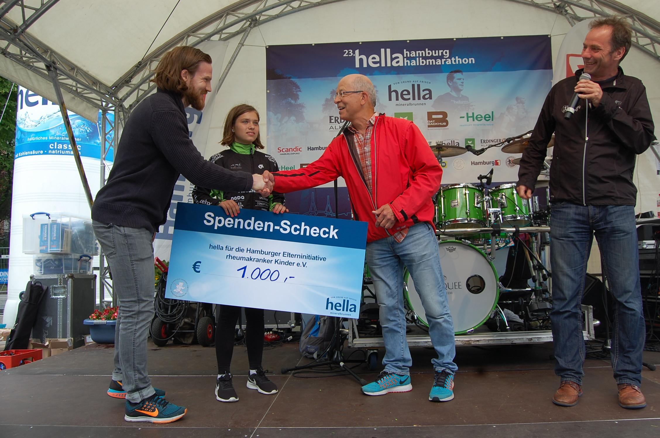 23. hella hamburg Halbmarathon: Ãœbergabe Spendenscheck