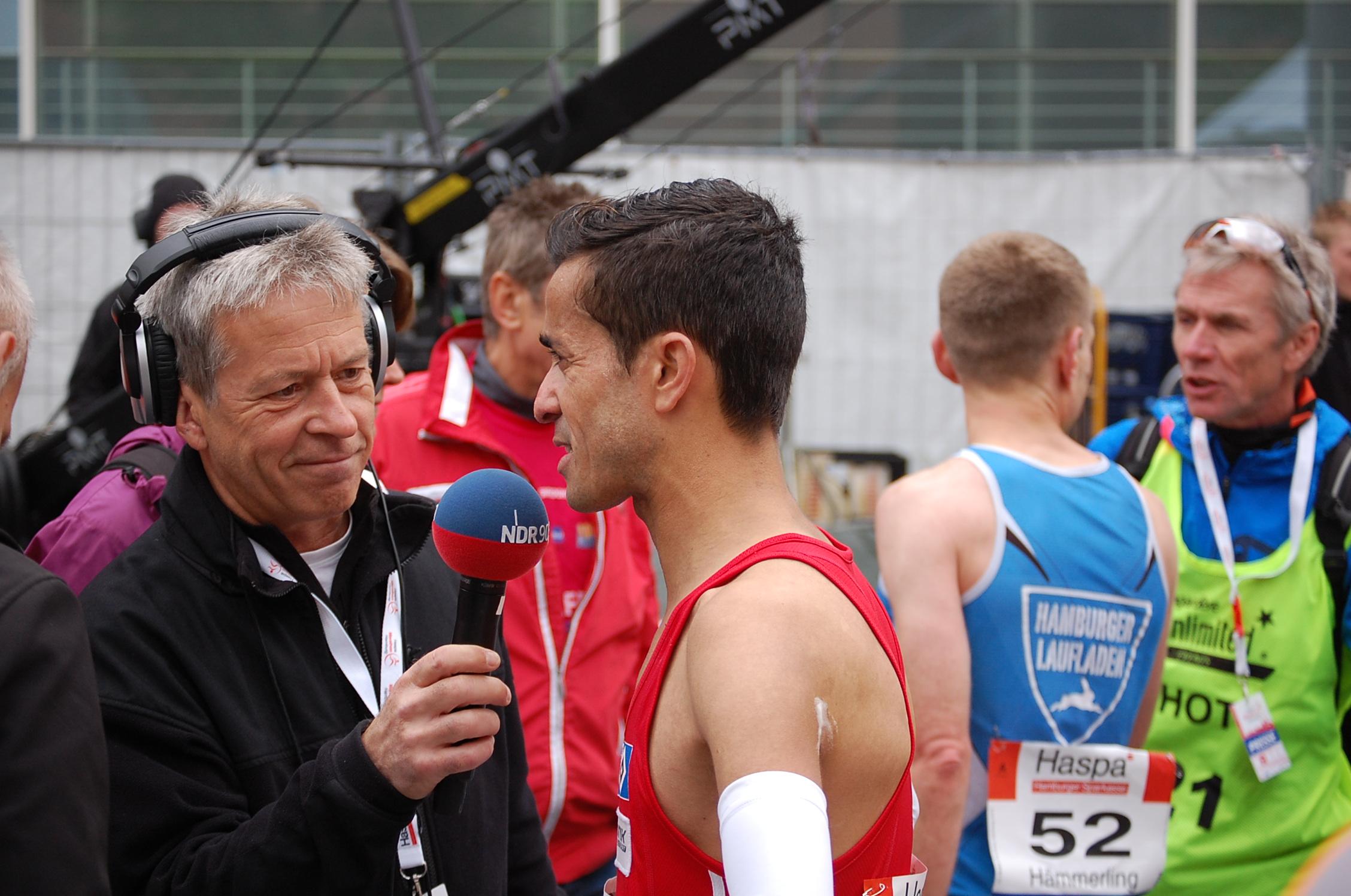 29. Haspa Marathon Hamburg: Hamburger Meisterschaftssprint - Jan-Oliver Hämmerling (blau) versucht Mourad Bekakcha (rot) auf der Ziellinie noch einzuholen