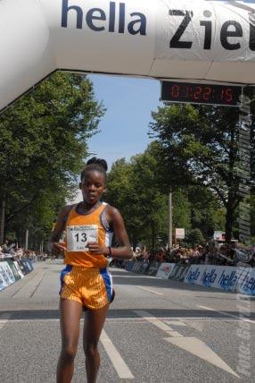 hella Halbmarathon 2007: Siegerin Ednah Mukhwana (KEN) im Ziel. Foto: Gerd Bollig, gerd.bollig@Laufen-in-Hamburg.de